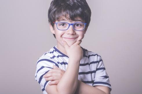 nio con gafas